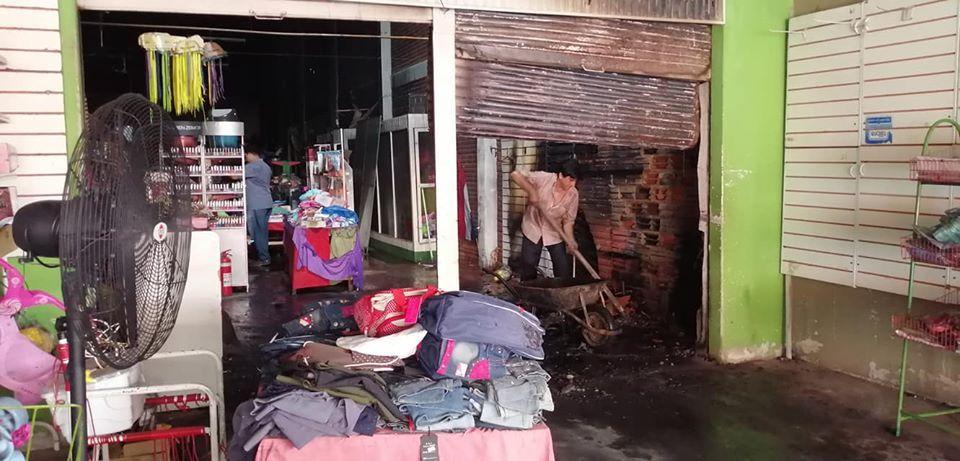 Incendio consumió local comercial en inmediaciones del Mercado 1