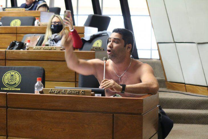 Diputado se quitó la ropa para pedir que se abran las fronteras