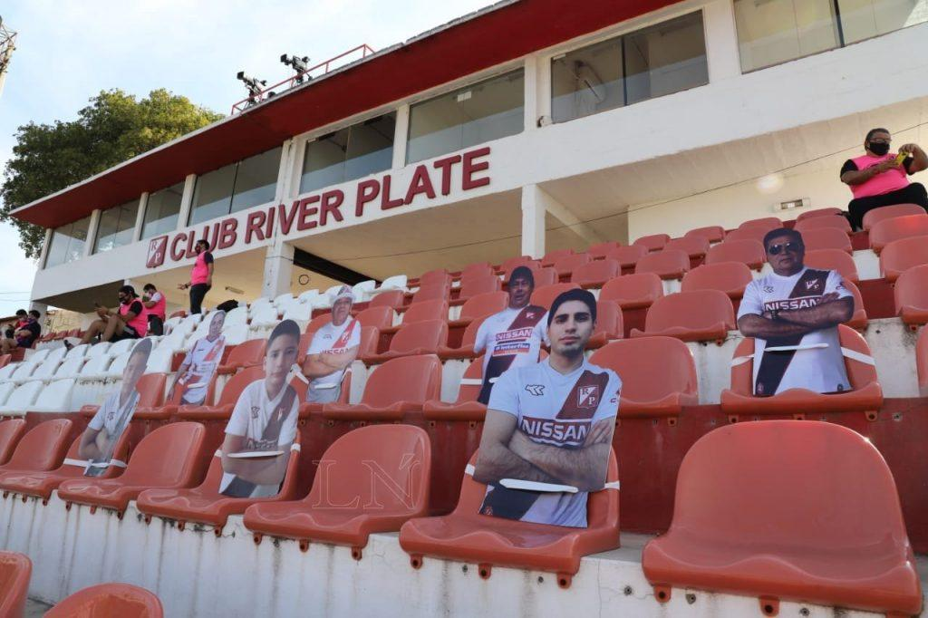 """Los primeros """"hinchas de cartón"""" del fútbol paraguayo"""